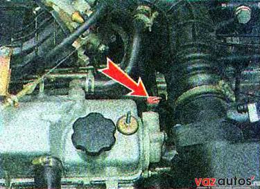 Датчик положения распределительного вала установлен в заглушке головки блока цилиндров