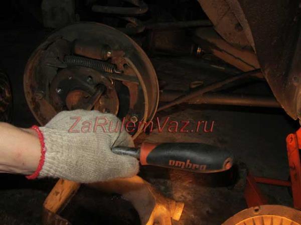как открутить гайки крепления полуоси на ВАЗ 2101 - 2107