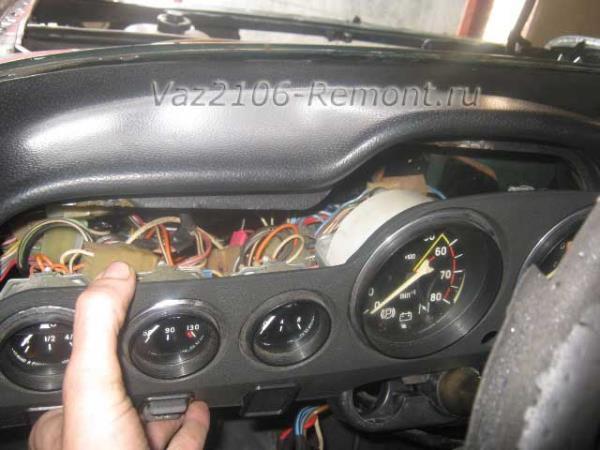 снятие накладки щитка приборов на ВАЗ 2106