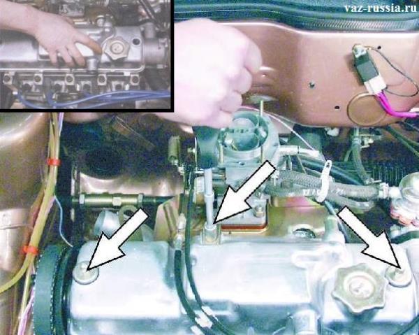 Отворачивание двух колпачковых гаек и снятие крышки с автомобиля