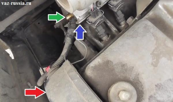 Благодаря данным стрелкам можно разобрать возле каких деталей установлена топливная рампа на двигателе
