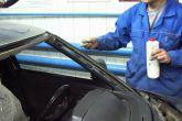 Протираем места соприкосновения кузова со стеклом растворителем