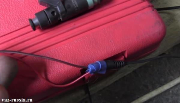 Соединение двух оголенных проводов с кончиком телефонной зарядки, и после чего обмотка проводов изо-лентой для того чтобы они держались