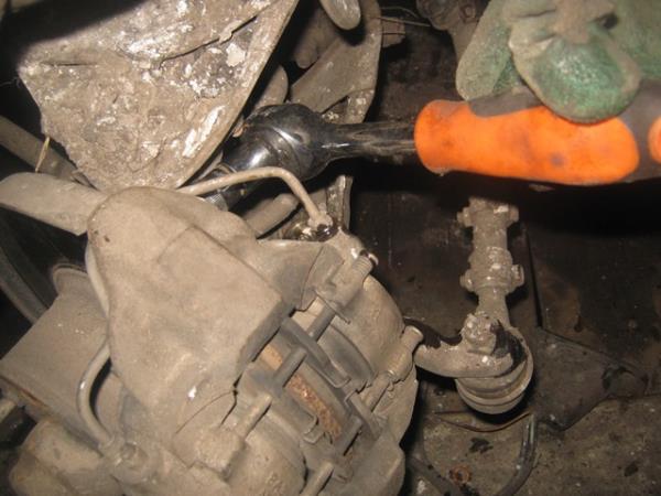 откручиваем тормозной суппорт на ВАЗ 2101-2107