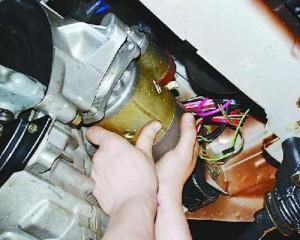 На фото - снятие стартера ВАЗ 2101, redmotor.ru