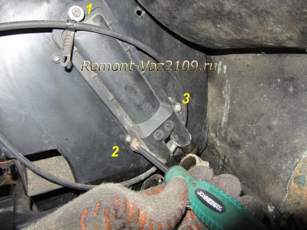 открутить болты крепления радиатора печки на ВАЗ 2109-2108