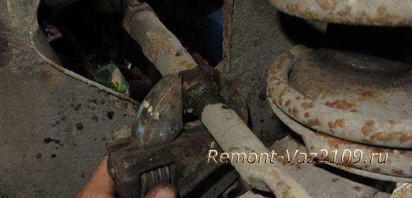 крепление наконечника к рулевой тяги на ВАЗ 2109-2108