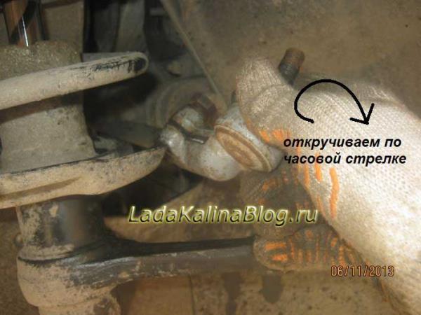 откручиваем рулевой наконечник на Калине