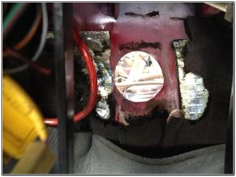 Отверстие в моторном щите ВАЗ 2109