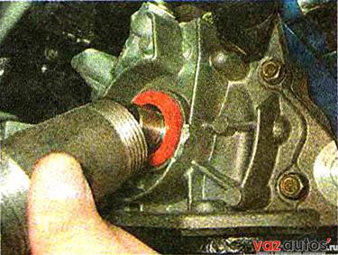 Наносим чистое моторное масло на рабочую кромку нового сальника и запрессовываем его через оправку