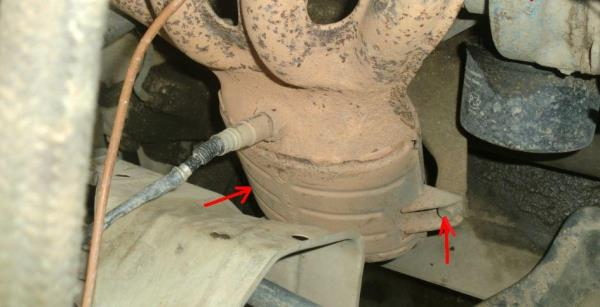 Размещение болтов крепления катколлектора к кронштейну блока цилиндров Лада Гранта (ВАЗ 2190)