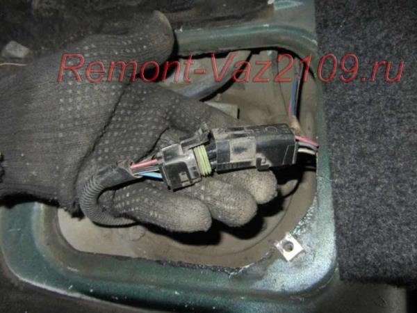 отсоединить штекер от бензонасоса на ВАЗ 2109-2108 инжектор