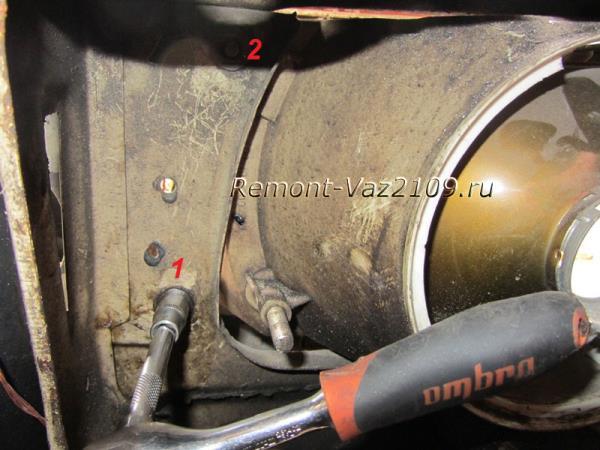 открутить две гайки крепления фары ВАЗ 2109-2108