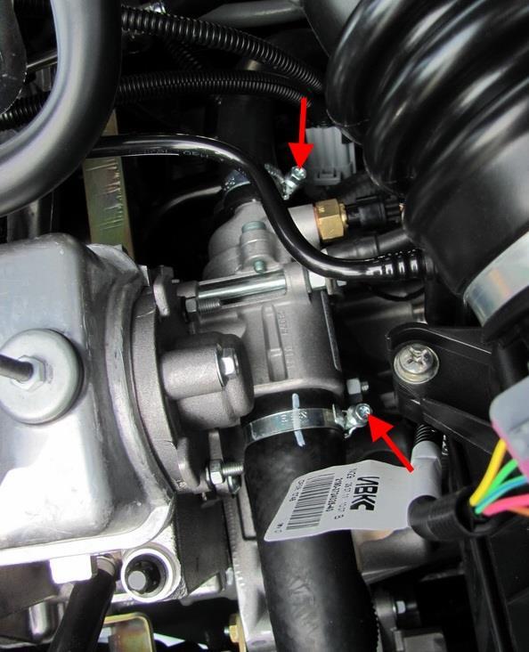 Размещение хомутов крепления шлангов системы охлаждения к термостату Лада Гранта (ВАЗ 2190)