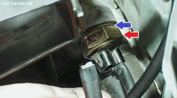 Отсоединение от датчика двух проводов которые к нему подсоединены