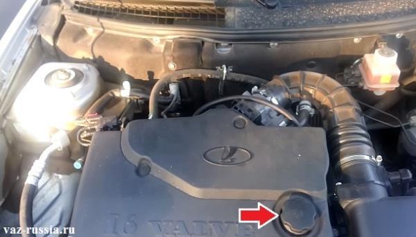 Стрелкой указана крышка заливного отверстия в которое нужно заливать масло