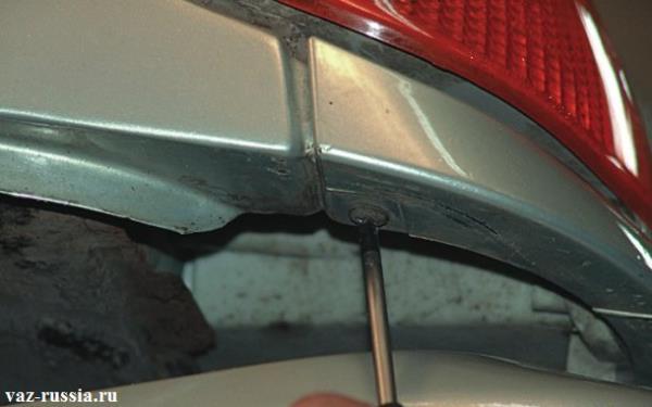 Выворачивание винты который крепит облицовку фары к кузову автомобиля