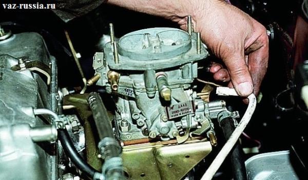 Отсоединение подводящего шланга разряжения от вакуумного регулятора