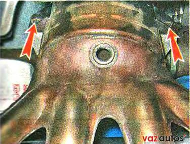 Торцовым ключом на 13 мм отворачиваем два болта крепления каталитического коллектора к кронштейну
