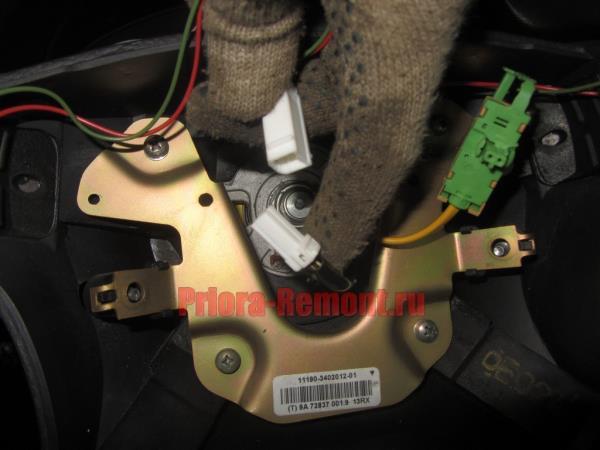 отсоединить штекер с проводами питания звукового сигнала на Приоре