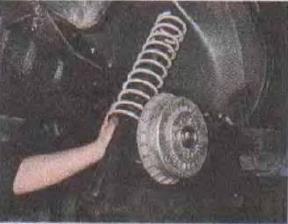 Zamena-pruzhiny-zadnej-podveski-avtomobilja 10