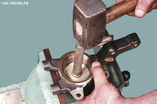 Выпрессовка самого подшипника из поворотного кулака, после снятия ступицы и обоих стопорных колец которые его держат