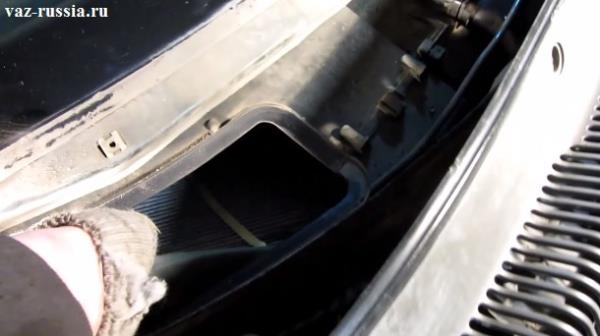 Извлечение фильтра печки из отверстия в котором он располагается