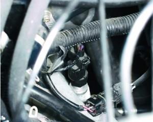 Отсоединяем провод от датчика скорости