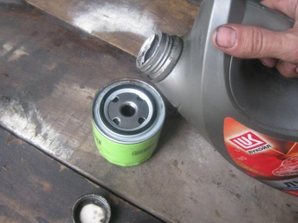 смазать уплотнительную резинку масляного фильтра на ВАЗ 2107-2105