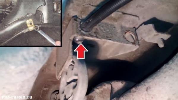 Вынимание оболочки троса из кронштейна и выкручивание гайки, которая крепит кронштейн держащий троса к рычагу
