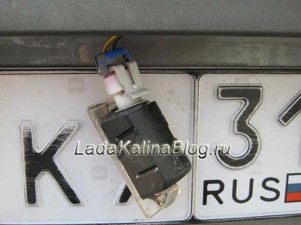 снятый плафон подсветки номерного знака Лады Калины