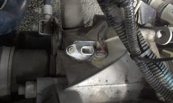 Снятие колодки проводов с датчика скорости Лада Гранта (ВАЗ 2190)