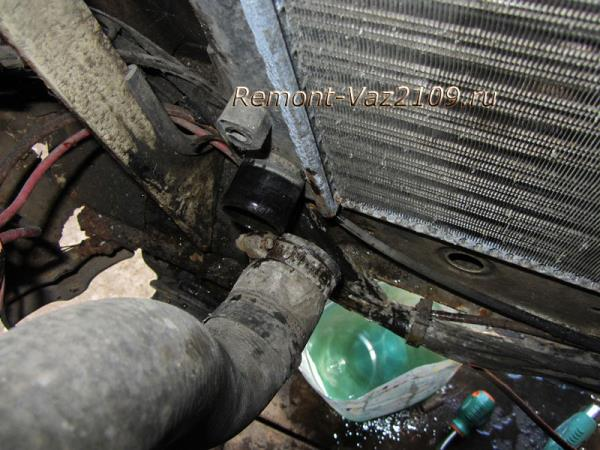 снимаем нижний патрубок радиатора на ВАЗ 2109-2108