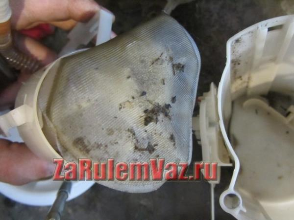 забитый сетчатый фильтр бензонасоса на Гранте