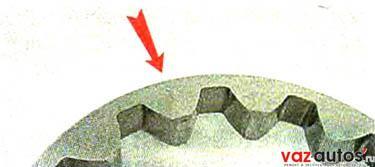 При этом ведомая шестерня должна быть установлена в насос так, чтобы сторона с меткой и фасками на зубьях была обращена к корпусу