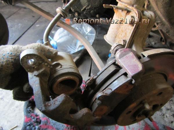 поднимаем суппорт для замены передних тормозных колодок на ВАЗ 2109-2108