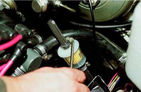 Ослабляем затяжку хомутов топливных шлангов на ВАЗ 2108, 2109, 21099 (карбюратор)
