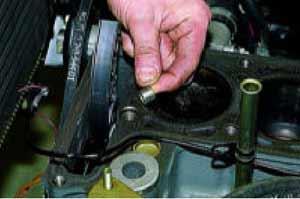 Прокладку и головку блока цилиндров устанавливаем по двум центрирующим втулкам.
