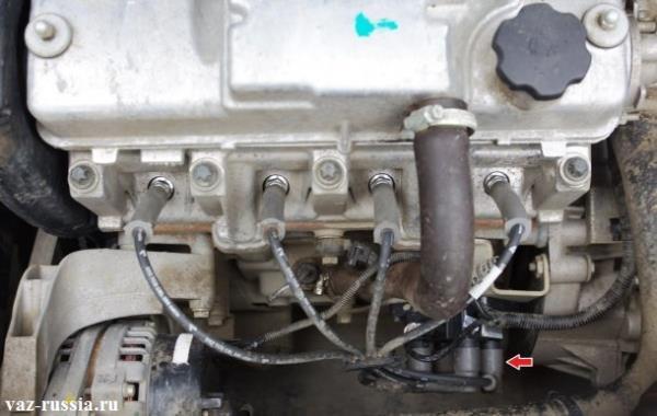 Стрелкой указано местонахождение модуля на двигателе автомобиля