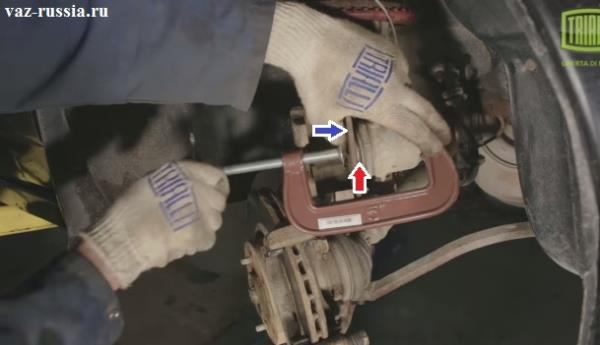 Утапливание при помощи струбцины и проставки, поршня в тормозной цилиндр