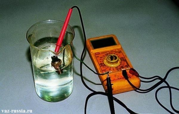 Проверка датчика на работоспособность, посредством подключения к нему мульти-метра, и опускания в сосуд с охлаждающей жидкостью