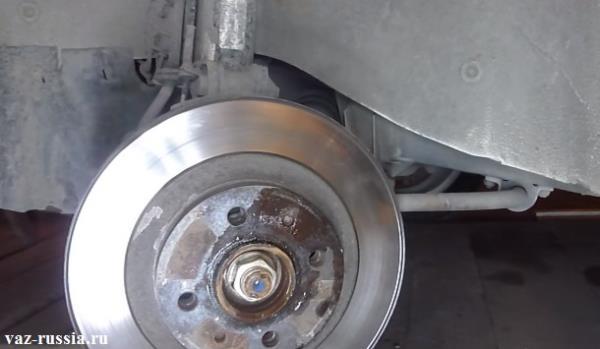 Просмотрев фотографию, можно понять как выглядит тормозной диск и где именно он находится