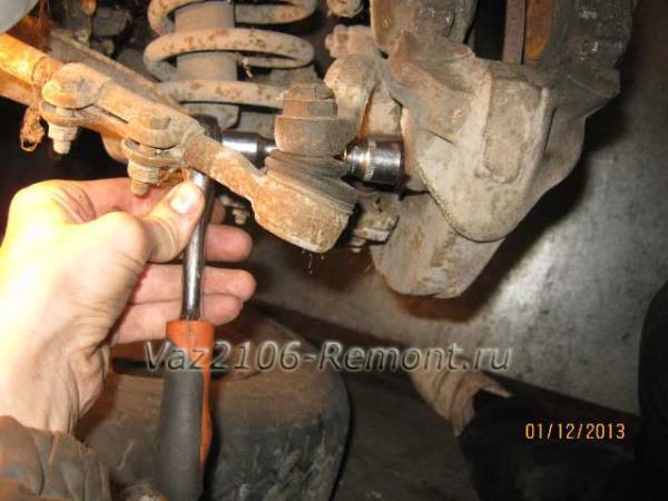 откручиваем нижний болт крепления суппорта на ВАЗ 2106