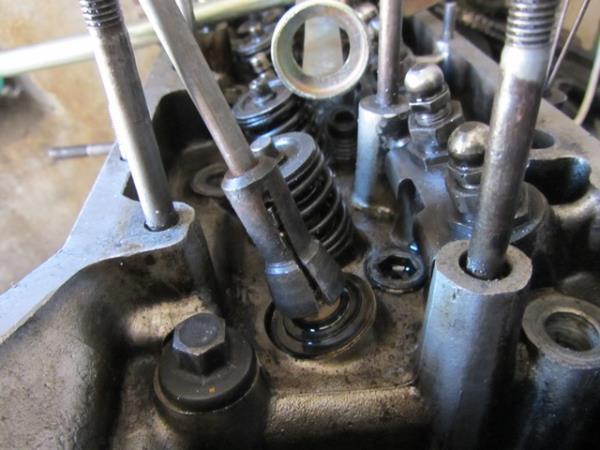как снять маслосъемные колпачки на ВАЗ 2107-2105