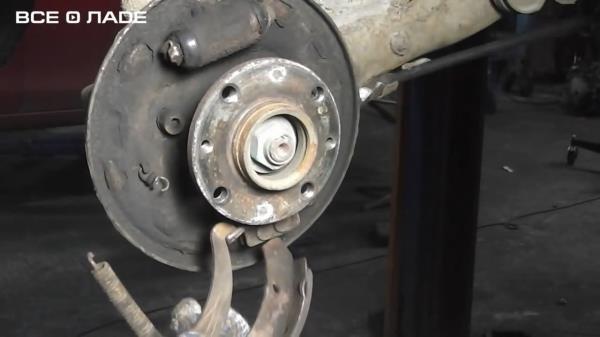 Снимаем наконечник стояночного тормоза с задней колодки