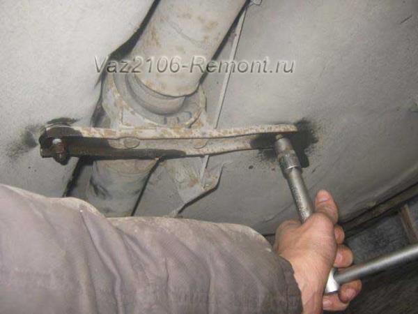откручиваем подвесное кардана на ВАЗ 2106
