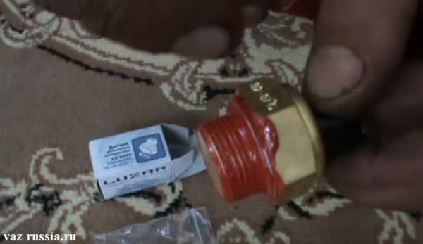 Смазанные грани датчика при помощи герметика