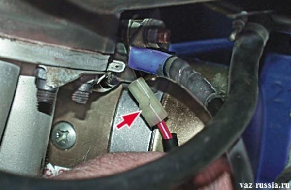 Отсоединение колодки проводов от вывода тягового реле стартера