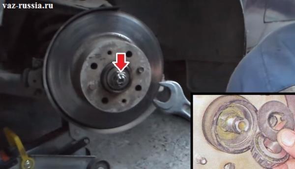 Выкручивание гайки ступицы и снятие шайбы и сепаратора