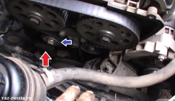 Стрелкой указано местонахождение водяного насоса и натяжного ролика ремня ГРМ